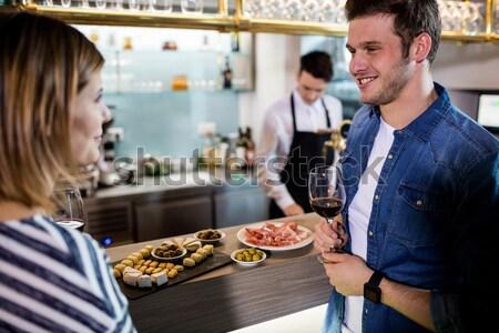 Sorridente garçom sanduíche café negócio Foto stock © wavebreak_media