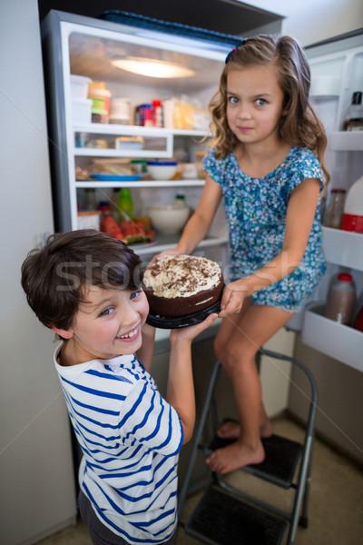 Broers en zussen cake koelkast keuken home meisje Stockfoto © wavebreak_media