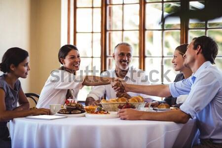 Grupo amigos café da manhã restaurante homem hotel Foto stock © wavebreak_media