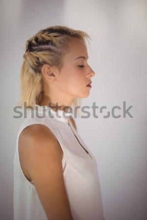 Zakenvrouw muur kantoor zijaanzicht permanente Stockfoto © wavebreak_media