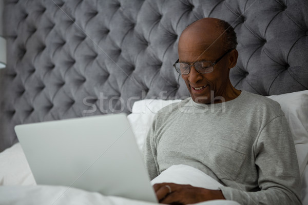 ストックフォト: シニア · 男 · ラップトップを使用して · ベッド · ホーム