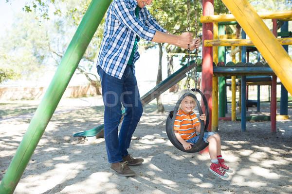Faible père poussant fils séance Photo stock © wavebreak_media