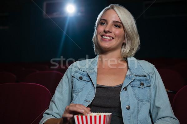 Mutlu kadın patlamış mısır izlerken film tiyatro Stok fotoğraf © wavebreak_media