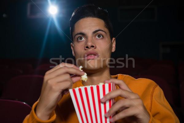 Concentrado homem pipoca assistindo filme teatro Foto stock © wavebreak_media