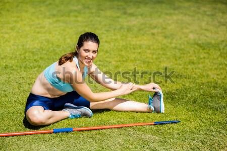 Glimlachend blond skater vergadering gras Stockfoto © wavebreak_media