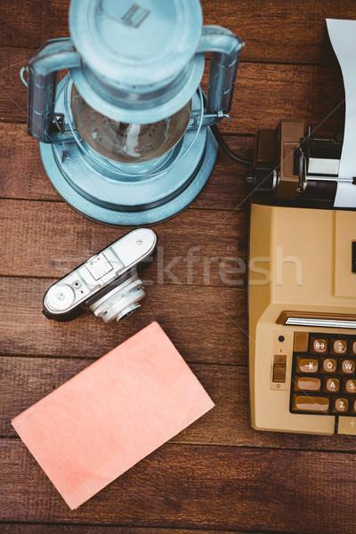 View vecchio macchina da scrivere fotocamera legno desk Foto d'archivio © wavebreak_media