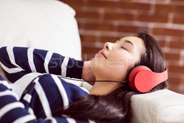 アジア 女性 ソファ 音楽を聴く ホーム リビングルーム ストックフォト © wavebreak_media