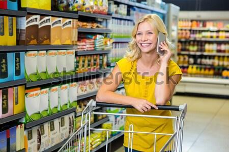 Retrato mujer hermosa empujando carrito supermercado negocios Foto stock © wavebreak_media