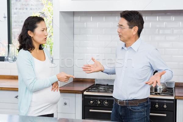 Expectante Pareja argumento cocina casa mesa Foto stock © wavebreak_media