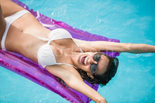 Vrolijk jonge vrouw zwemmen opblaasbare vlot zwembad Stockfoto © wavebreak_media