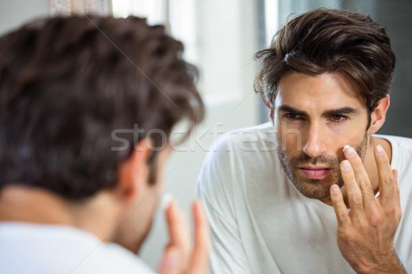Mann Feuchtigkeitscreme Gesicht Reflexion junger Mann Stock foto © wavebreak_media