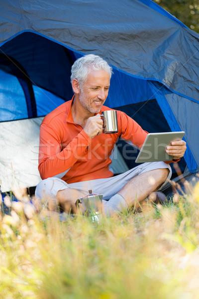 érett férfi mosolyog tart bögre laptop tabletta Stock fotó © wavebreak_media