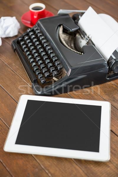 Vista laterale macchina da scrivere desk digitale tablet caffè Foto d'archivio © wavebreak_media