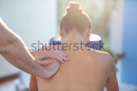 Ombro massagem feminino paciente clínica mulher Foto stock © wavebreak_media