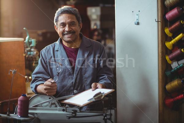 Retrato sonriendo portapapeles espectáculo taller Foto stock © wavebreak_media