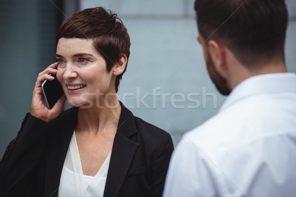 Empresária falante telefone móvel escritório homem tela Foto stock © wavebreak_media