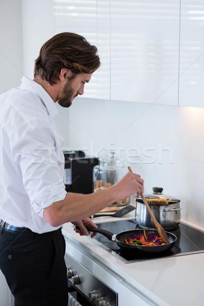 Homme cuisine maison affaires communication Photo stock © wavebreak_media