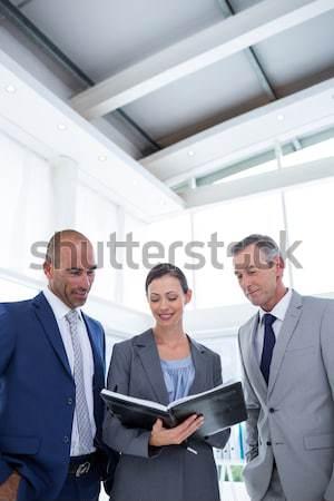 üzletemberek megbeszél iratok iroda nő boldog Stock fotó © wavebreak_media
