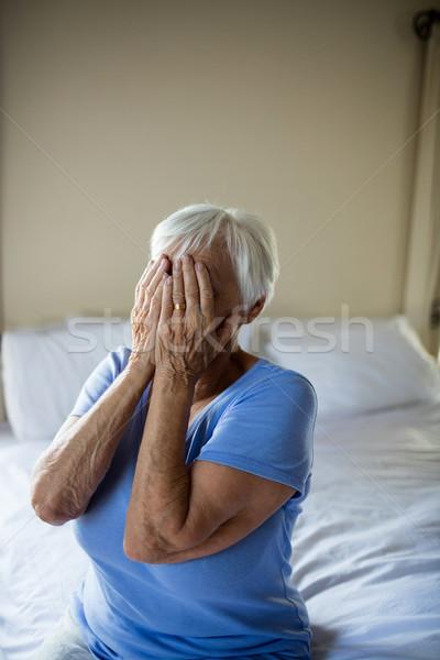 Stock fotó: Hangsúlyos · idős · nő · arc · kezek · otthon