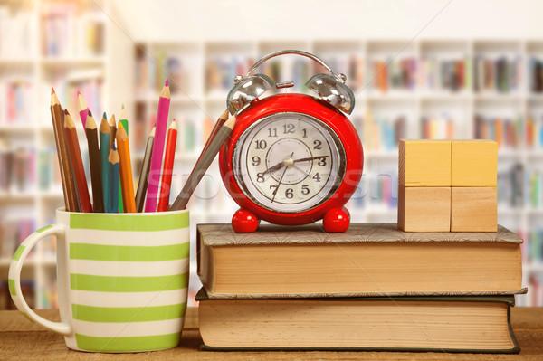 目覚まし時計 図書 鉛筆 マグ 表 ストックフォト © wavebreak_media
