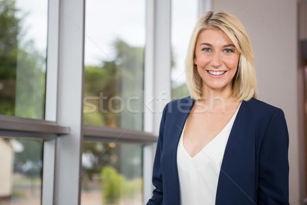 Belo empresária em pé conferência centro mulher Foto stock © wavebreak_media