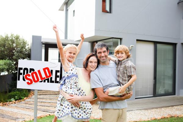 famille achat maison famille heureuse affaires enfants photo stock wavebreak. Black Bedroom Furniture Sets. Home Design Ideas