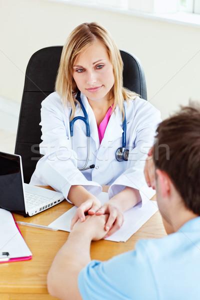 Привлекательная женщина врач подвесной стороны мужчины пациент Сток-фото © wavebreak_media