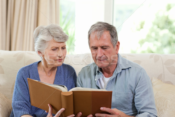 Anziani guardando photo album home donna casa Foto d'archivio © wavebreak_media