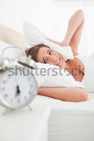 Mulher folha despertador quarto Foto stock © wavebreak_media