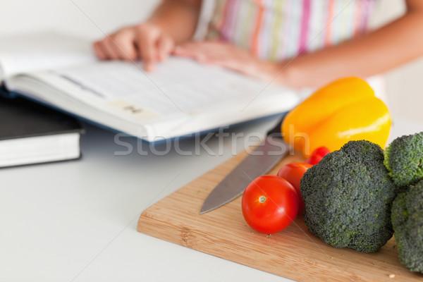 Mujer consulta cuaderno pie cocina alimentos Foto stock © wavebreak_media