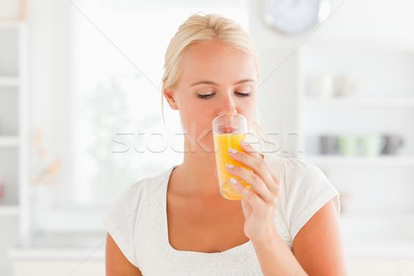 Blonde vrouw drinken sinaasappelsap keuken gelukkig haren Stockfoto © wavebreak_media