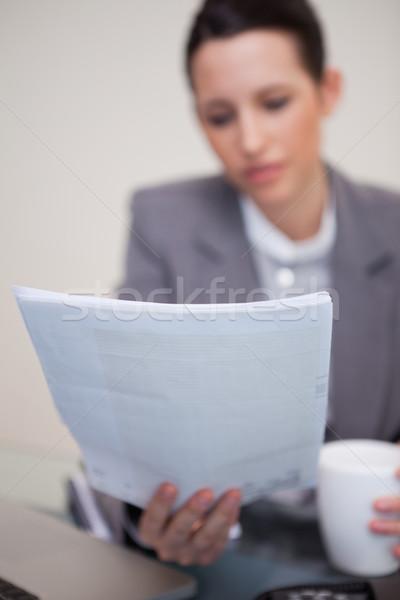 договор читать молодые деловая женщина компьютер Новости Сток-фото © wavebreak_media