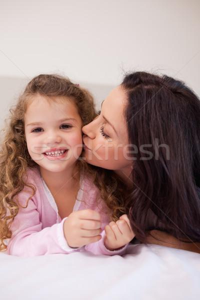 Jovem mãe pequeno filha beijo amor Foto stock © wavebreak_media