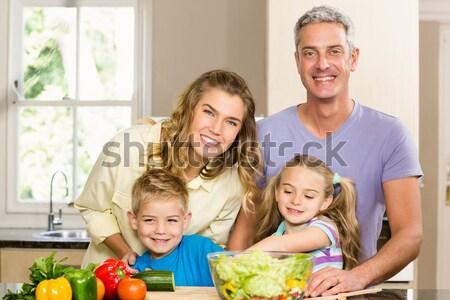 Glimlachend familie salade keuken vrouw glimlach Stockfoto © wavebreak_media