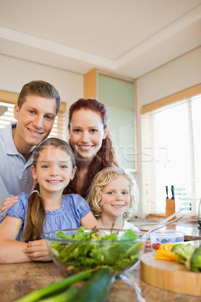 Jovem família em pé juntos atrás balcão da cozinha Foto stock © wavebreak_media