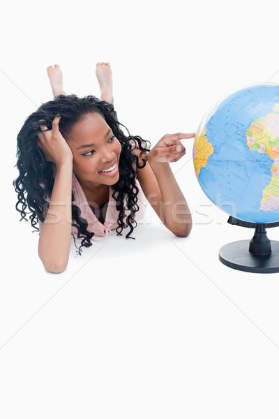 Jeunes souriant fille étage pointant monde Photo stock © wavebreak_media