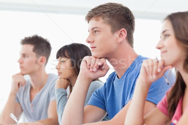 Foto stock: Vista · lateral · grupo · estudiantes · pensando · manos · mano
