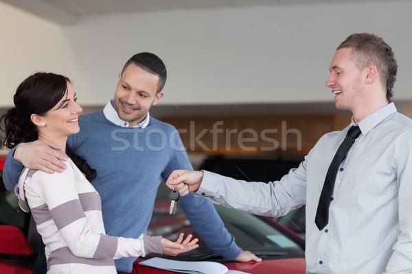 Para klucze sprzedawca samochodu sklep Zdjęcia stock © wavebreak_media