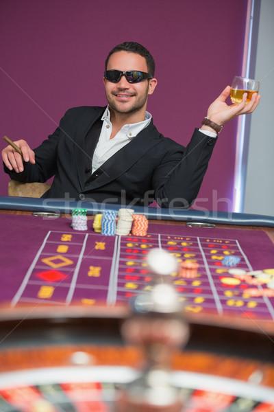 человека Солнцезащитные очки рулетка таблице сигару Сток-фото © wavebreak_media