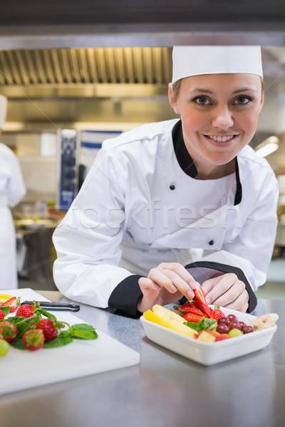 Сток-фото: улыбаясь · повар · фруктовый · салат · кухне · продовольствие
