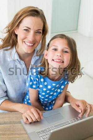 Moeder dochter met behulp van laptop teddybeer bed computer Stockfoto © wavebreak_media