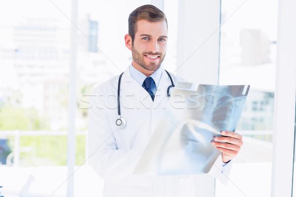 Portret uśmiechnięty młodych mężczyzna lekarz xray Zdjęcia stock © wavebreak_media