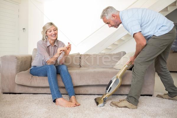 Femme clous homme tapis vide salon Photo stock © wavebreak_media