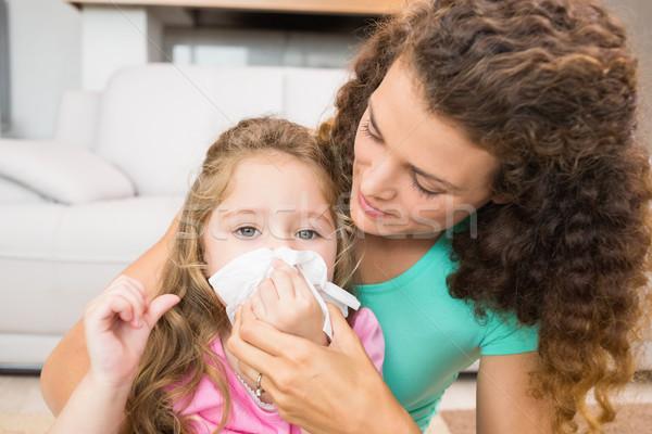 Madre ayudar hija soplar nariz casa Foto stock © wavebreak_media