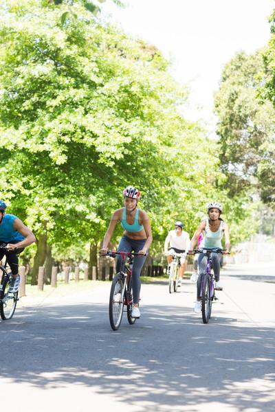 Groupe cyclistes équitation vélos homme Photo stock © wavebreak_media
