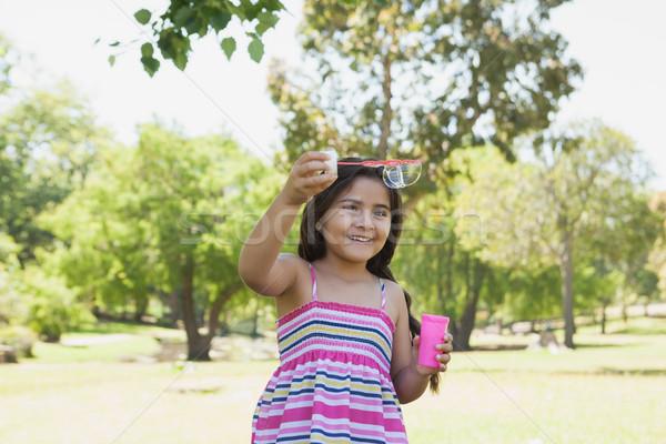 Alegre menina bolhas de sabão parque little girl Foto stock © wavebreak_media