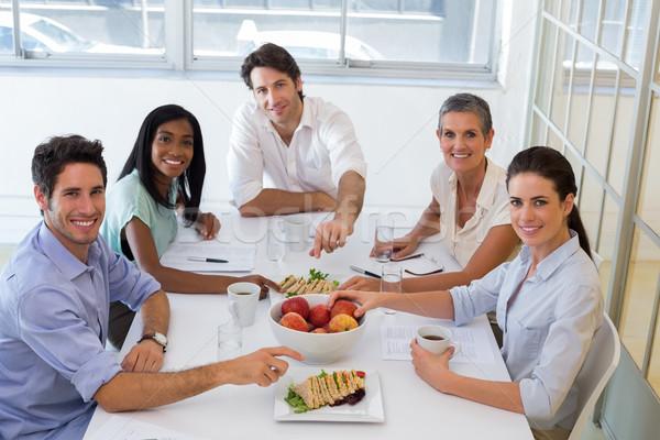 Gente de negocios sonriendo cámara comer frutas Foto stock © wavebreak_media