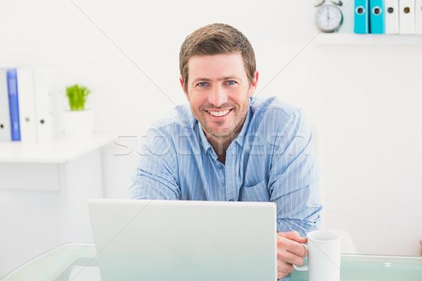 улыбаясь бизнесмен кружка столе служба Сток-фото © wavebreak_media