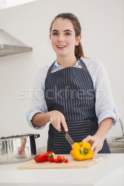 Csinos barna hajú szeletel zöldségek pult otthon Stock fotó © wavebreak_media