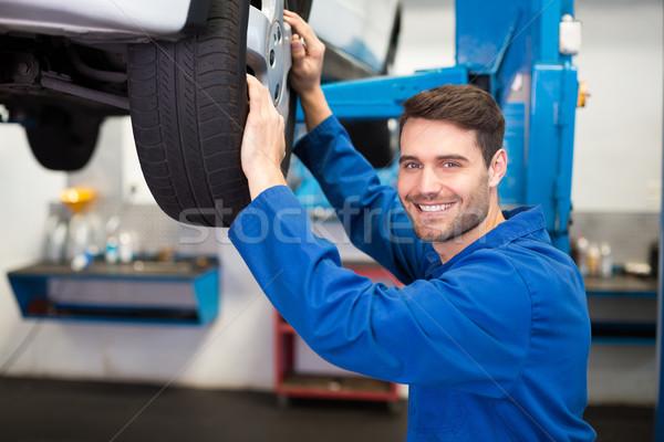 Mechaniker Reifen Rad Reparatur Garage glücklich Stock foto © wavebreak_media